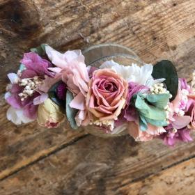 Tocado en flor preservada con rosas de pitiminí