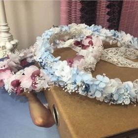 Coronas en flor preservada en tonos burdeos y azul