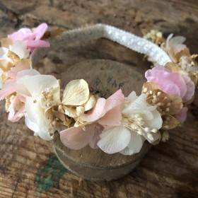 Diadema en flor preservada en tonos pastel