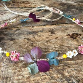 Corona fina con cuerda y flor preservada