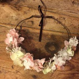 Media Corona en flor preservada en tonos palo