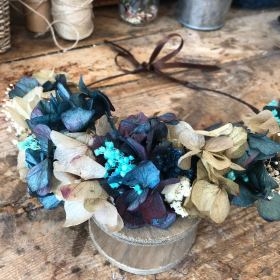 Media Corona en flor preservada en tonos azules
