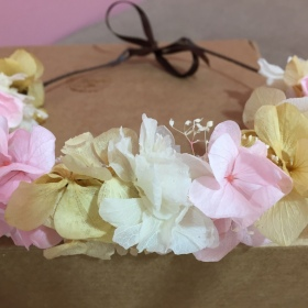Media Corona en Flor preservada en tonos rosa y amarillos
