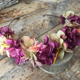 Media Corona en flor preservada en tonos burdeos