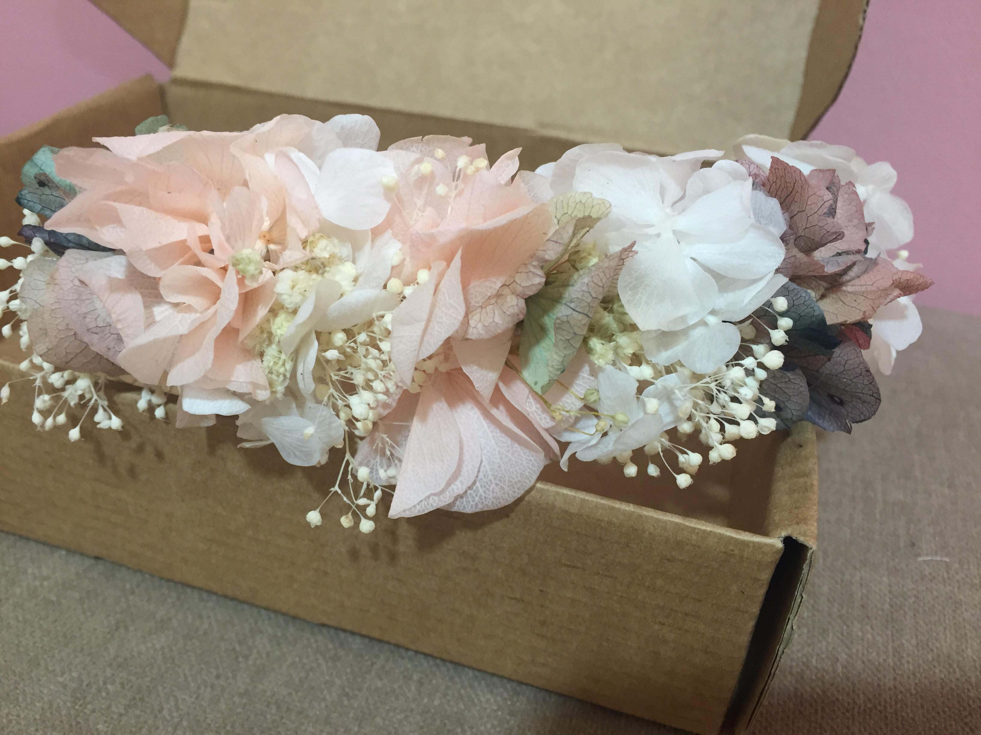 Tocado floral en tonos pastel