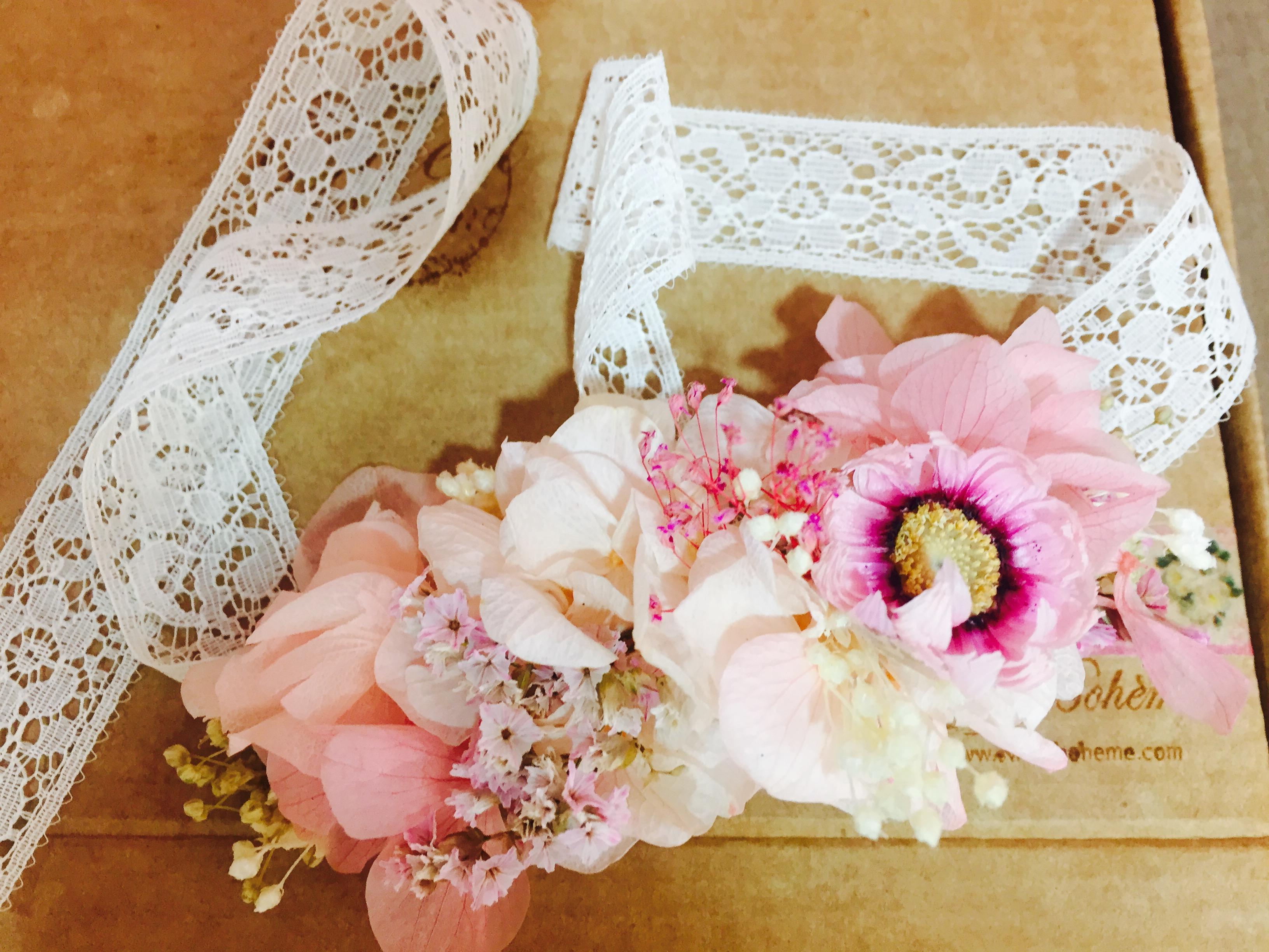 Pulsera en flor preservada en tonos rosas