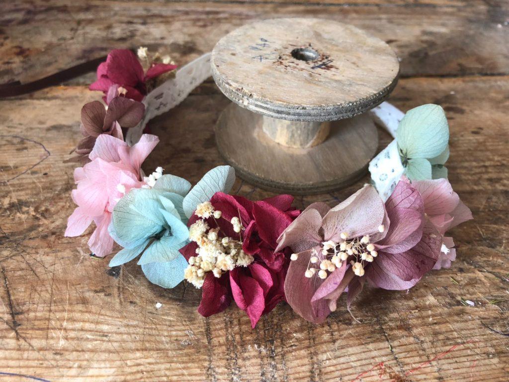 Cinta en flor preservada para niña