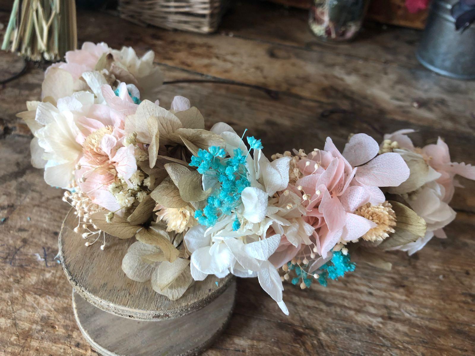 Media Corona en flor preservada en tonos pastel