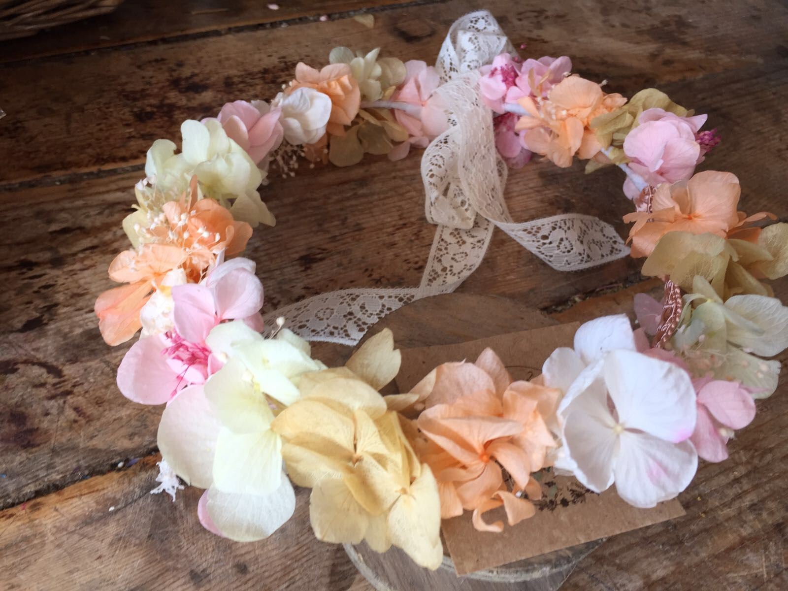 Corona en Flor preservada en tonos naranjas y rosas