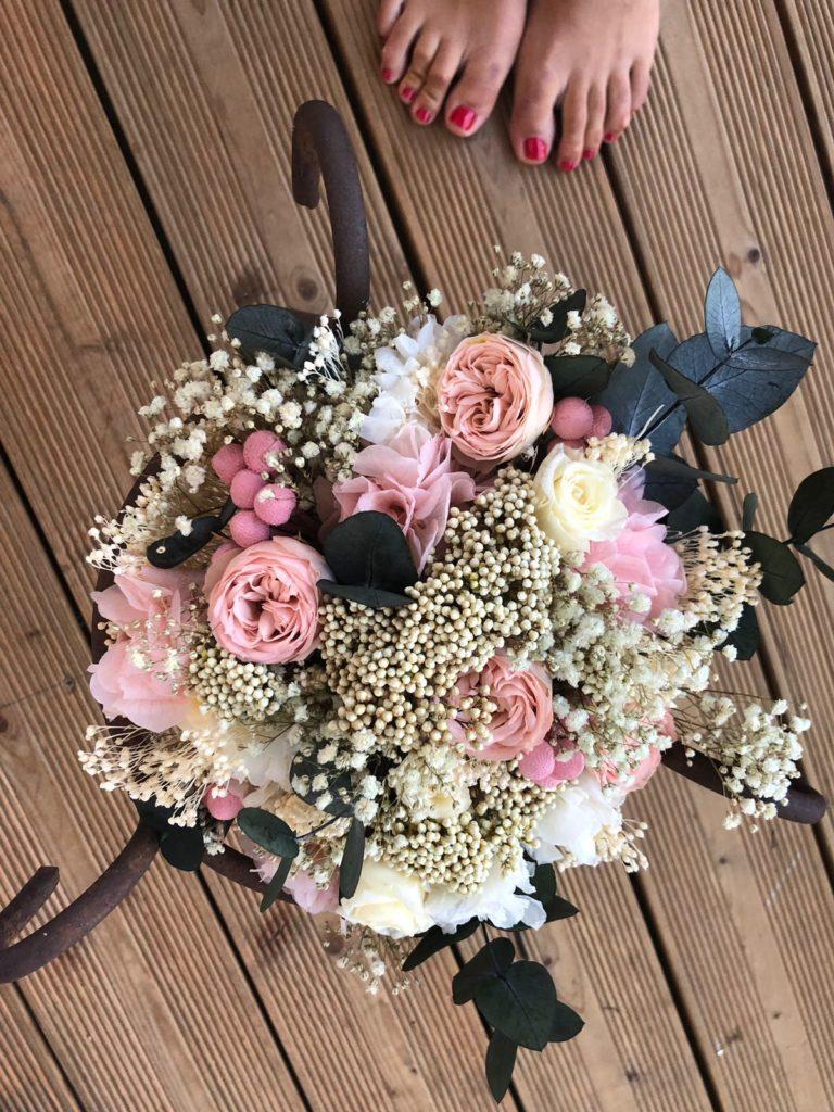 Ramo preservado con rosas, paniculata y eucalipto