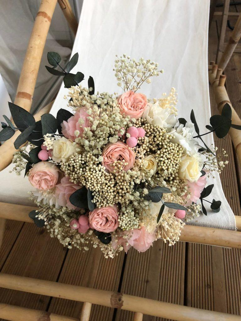Ramo preservado con rosas, paniculata y eucalipto.