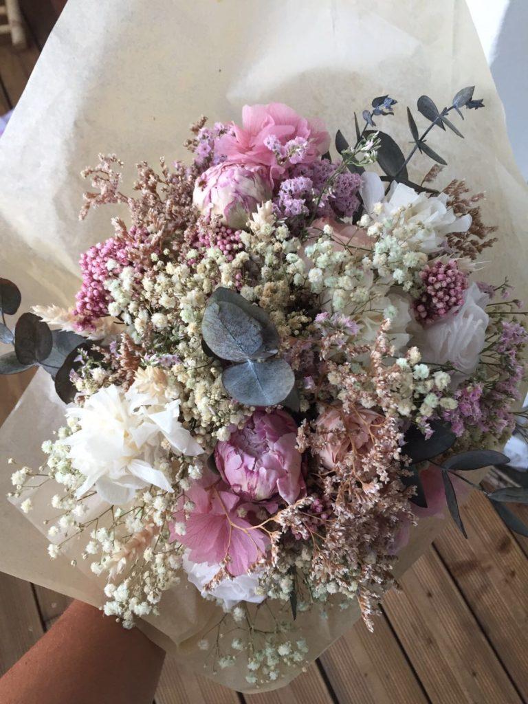 Ramo en flor preservada y eucalipto