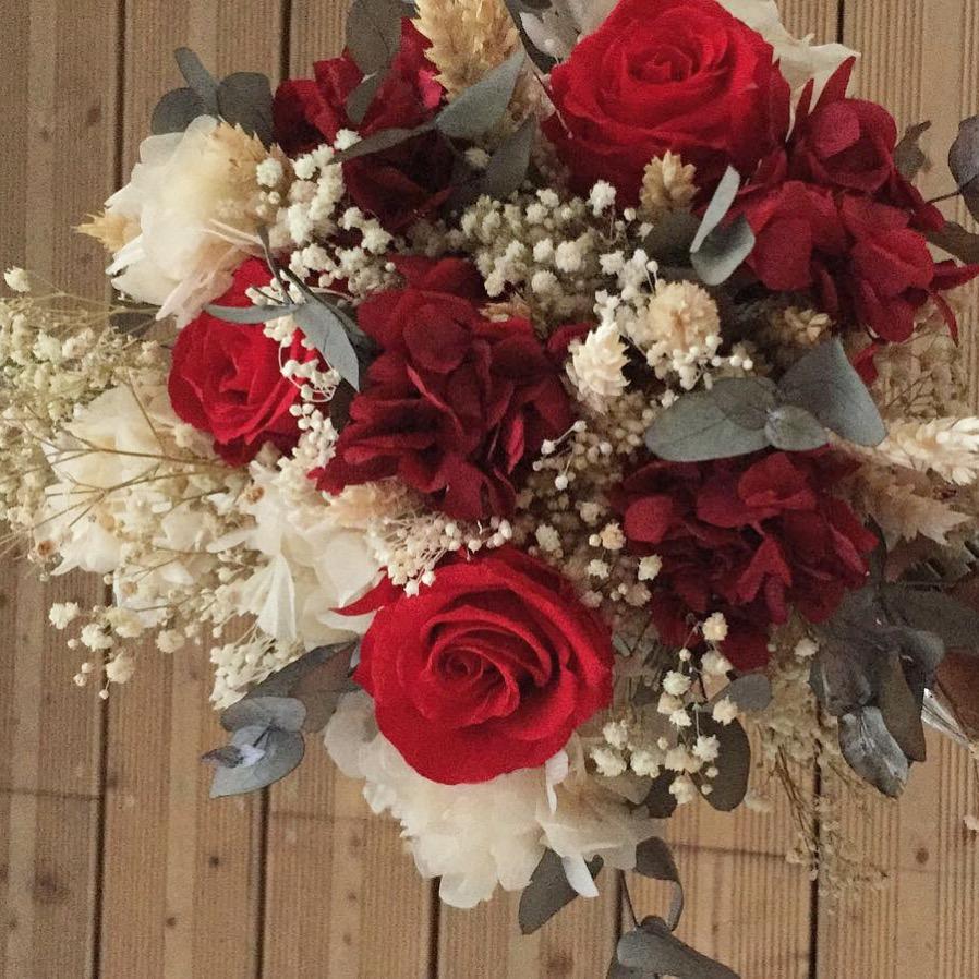 Ramo con rosas y flor preservada y eucalipto