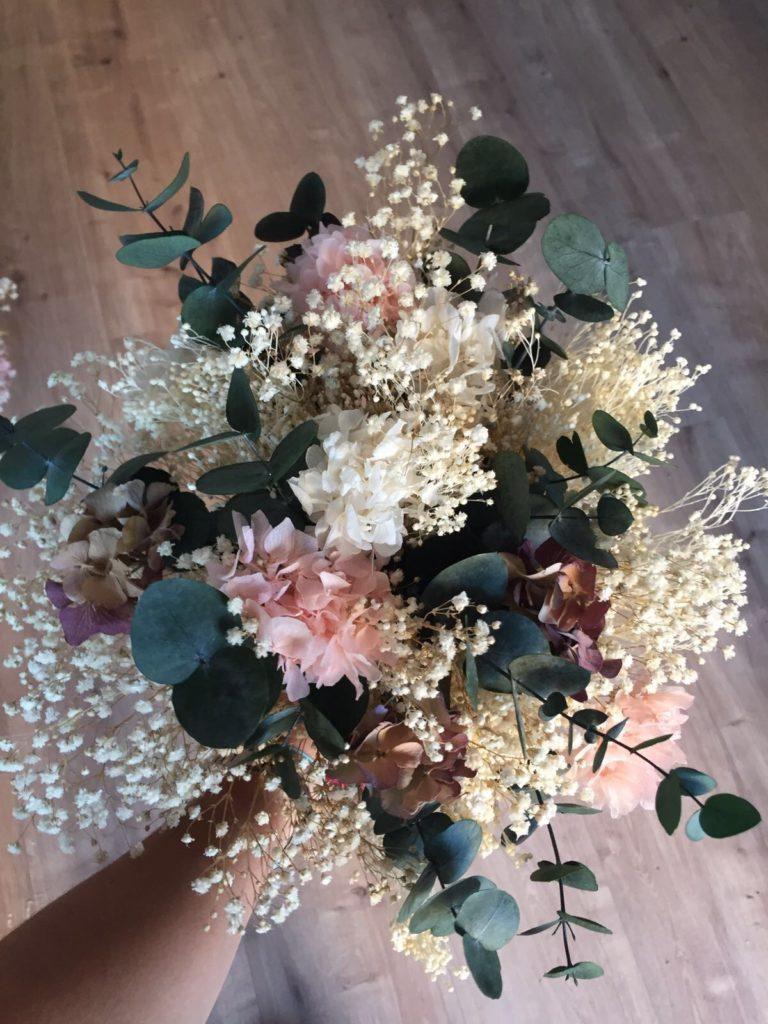 Ramo de eucalipto y flor preservada