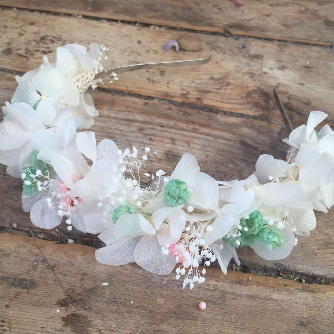 Diadema Niña en flor preservada en tonos blancos