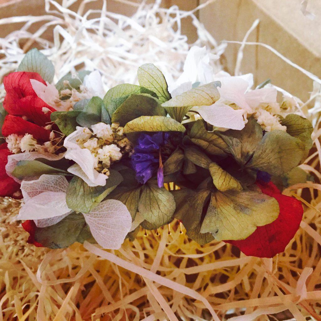 Peineta en flor preservada en tonos mixtos